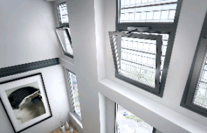 Дистанционное открывание окон Если окно находится в труднодоступном месте или створка довольно тяжелая или окно находится очень высоко, то в таком случае Вам поможет дистанционное открывание окон от ЮНАКО. Окна можно отрыть и закрыть, просто нажав кнопку